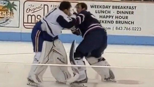 V utkání ECHL se do sebe pustili brankáři.