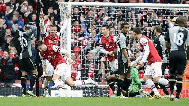 Olivier Giroud (druhý zleva) z Arsenalu slaví svoji trefu proti Tottenhamu.
