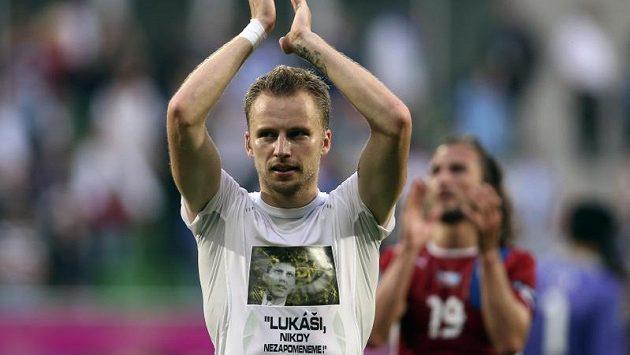 Michal Kadelc se raduje z vítězství nad Řeckem v tričku se vzpomínkou na zesnulého funkcionáře a bývalého komentátora Lukáše Přibyla