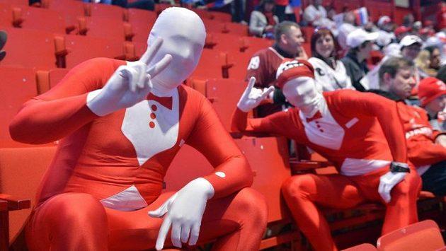 Ruští fanoušci během zápasu s Lotyšskem na MS v Globen Areně ve Stockholmu.
