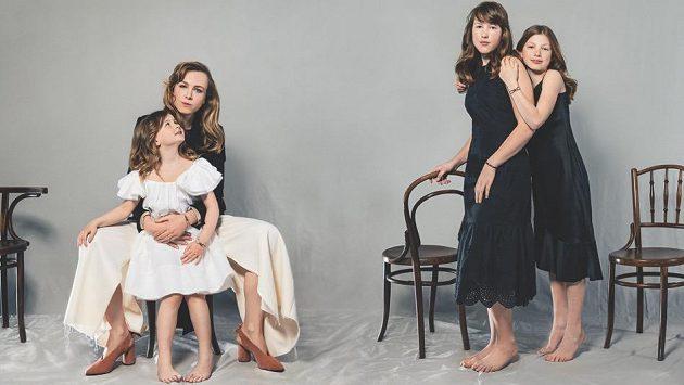 Módní návrhářka Josefína Bakošová s dcerami.