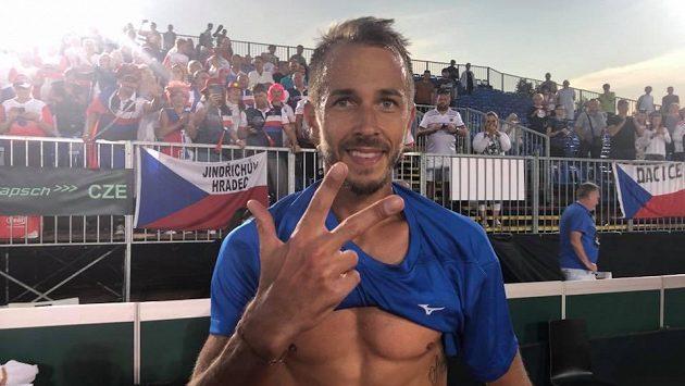 Český tenista Lukáš Rosol poté, co v daviscupové baráži v Maďarsku přidal třetí rozhodující bod.