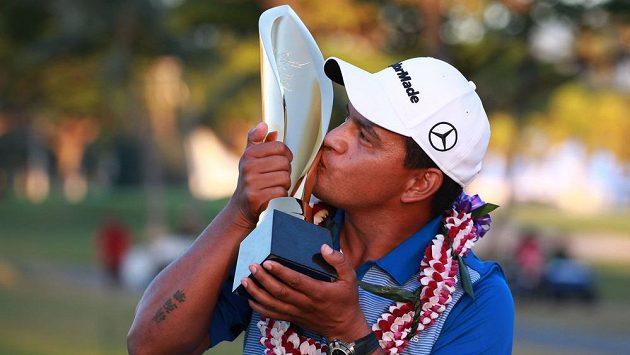 Argentinský golfista Fabián Gómez s trofejí za vítězství na turnaji v Honolulu.