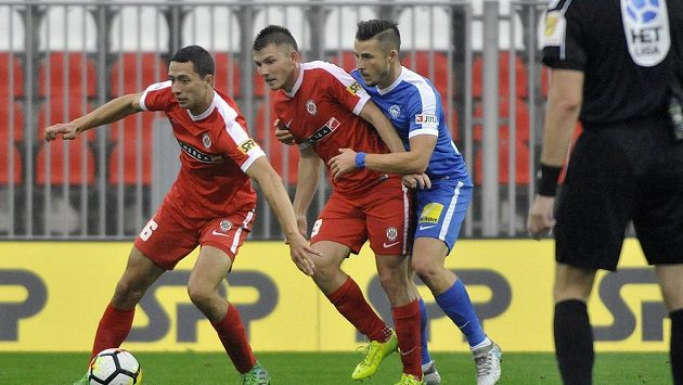 Zleva Jan Sedlák a Milan Lutonský z Brna a Radek Voltr ze Slovanu Liberec.