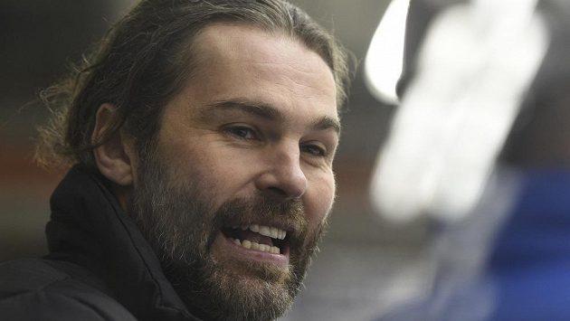 Jaromír Jágr povzbuzuje hráče na kladenské střídačce.