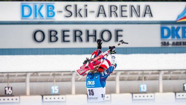 Eva Puskarčíková odjíždí ze střelnice při sprintu Světového poháru v Oberhofu.