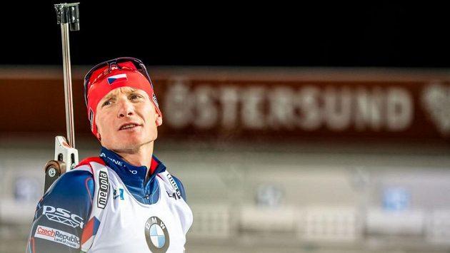Český biatlonsita Ondřej Moravec během závodu Světového poháru ve švédském Östersundu. Češi skončili na 13. místě.