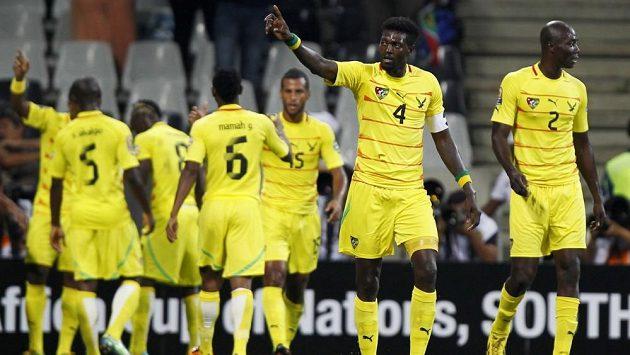 Fotbalisté Toga v čele Emmanuelem Adebayorem se radují z postupu ze skupiny na mistrovství Afriky.
