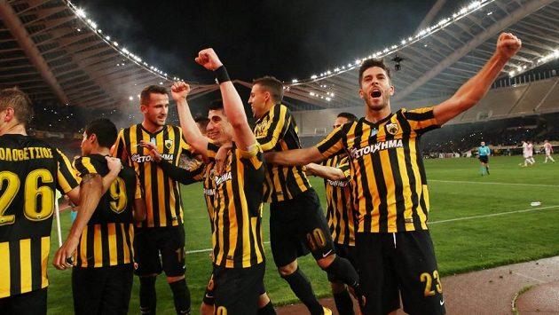 Euforie fotbalistů AEK Atény, Tomáš Pekhart třetí zleva. Ilustrační snímek.