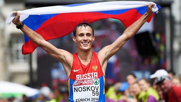 Ruský chodec Ivan Noskov slaví bronz na ME v Curychu.