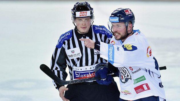 Liberecký útočník Petr Vampola v diskuzi s čárovým rozhodčím během prvního finále se Spartou.