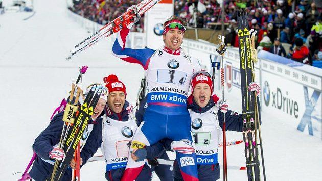 Zleva Norové Johannes Thingnes Boe, Ole Einar Björndalen, Emil Hegle Svendsen a Tarjei Boe po štafetovém triumfu při MS v Oslu.