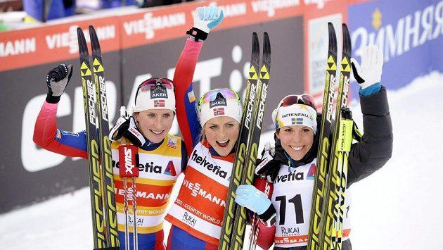 Therese Johaug (uprostřed) oslavuje svůj triumf, vlevo Marit Bjorgenová, vpravo Charlotte Kalla.