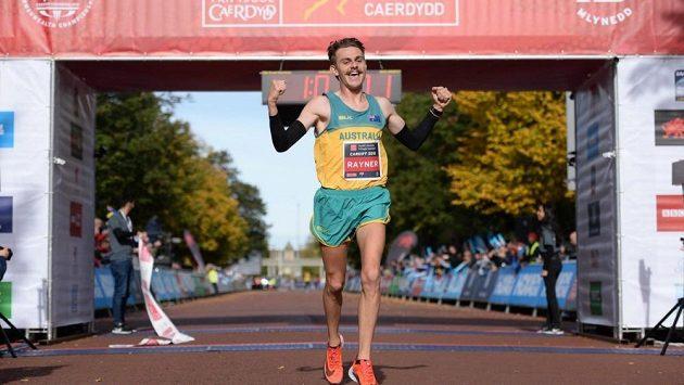 Vítězný Australan Jack Rayner se v cíli závodu radoval. Další zprávy z půlmaratónu už jsou pouze smutné.