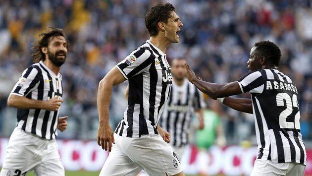 Fernando Llorente (uprostřed) oslavuje jednu ze svých tref proti Livornu se spoluhráči z Juventusu Andreou Pirlem (vlevo) a Kwadwo Asamoahem.
