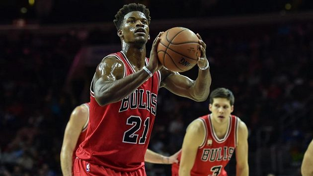 Basketbalista Chicaga Jimmy Butler střílí trestné hody v zápase proti Philadelphii.