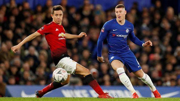 Střelec vítězného gólu Manchesteru United Ander Herrera (vlevo) v souboji s Rossem Barkleym z Chelsea.