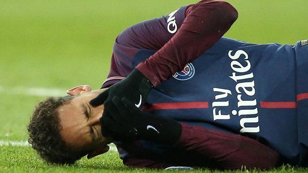 Zraněný Neymar na trávníku.