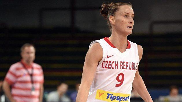Česká basketbalistka Kateřina Bartoňová dribluje s míčem.