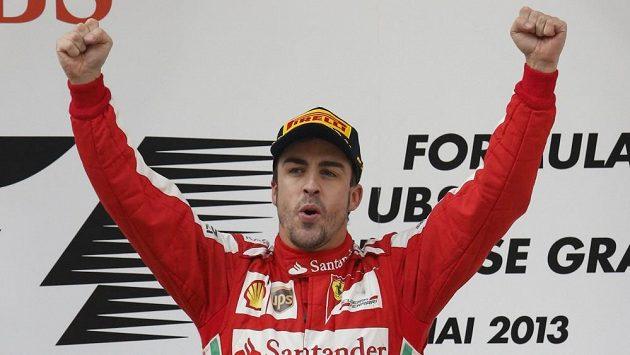 Alonsovo vítězné gesto po první místu ve Velké ceně Číny.