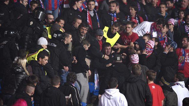 Potyčka fanoušků v kotli Plzně při utkání se Spartou.