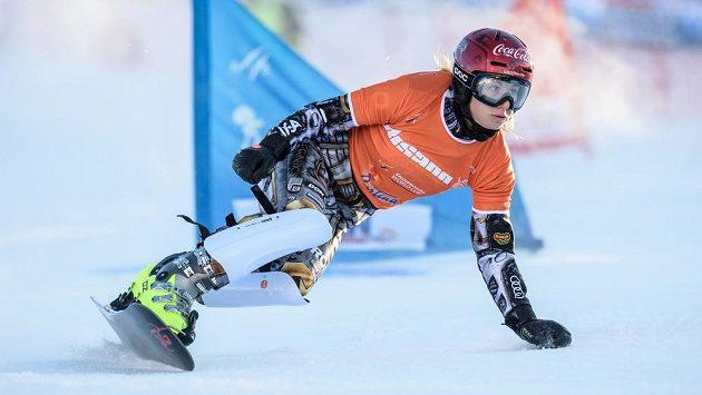 Snowboardistka Ester Ledecká během kvalifikační jízdy v paralelním slalomu při Světovém poháru v Cortině.