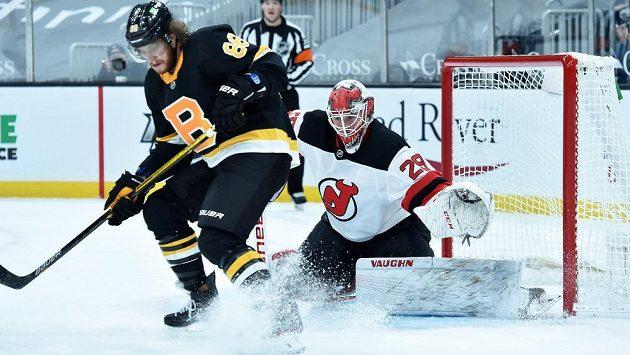 Český útočník Bostonu Bruins right David Pastrňák (88) v akci před brankářem New Jersey Mackenziem Blackwoodem (29) během utkání NHL.
