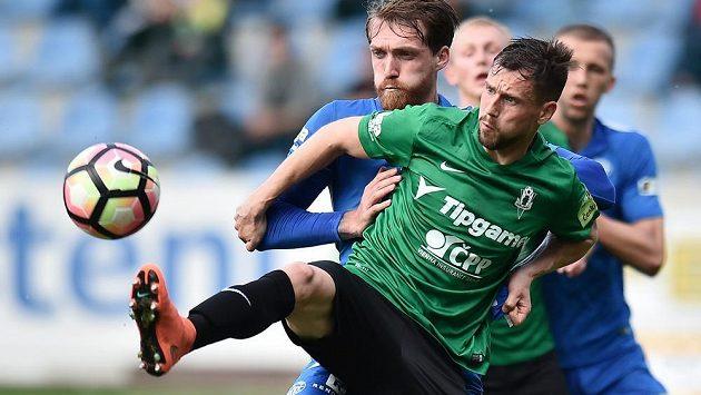 Jaroslav Diviš z Jablonce odehrává míč před dotírajícím libereckým Milanem Kerbrem v utkání první ligy.