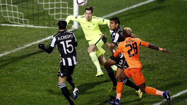 Jose Angel Crespo (vlevo) a Leo Matos (3) z PAOKu před libereckým gólmanem Martinem Dúbravkou. Vpravo Ubong Ekpai.