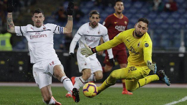 Brankář AC Milán Gianluigi Donnarumma zasahuje v ligovém utkání proti AS Řím.