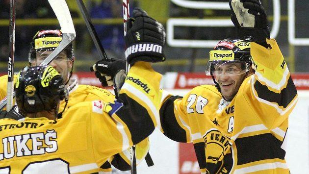 Nejproduktivnější hráč základní části Tipsport extraligy Viktor Hübl (vpravo).