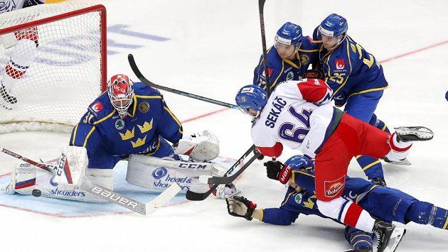 Švédský brankář Lars Johansson chytá střelu Jiřího Sekáče.