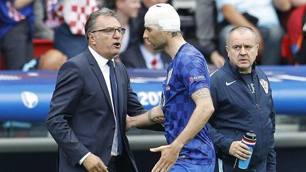 Kouč Chorvatů Ante Čačič v diskuzi s obráncem Vedranem Čorlukou během utkání ME proti Turecku.