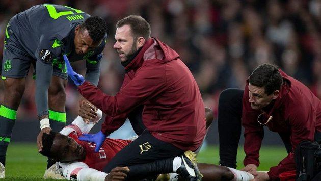 Ošetřovaný útočník Arsenalu Danny Welbeck. Utkání se Sportingem kvůli zranění kotníku nedohrál.