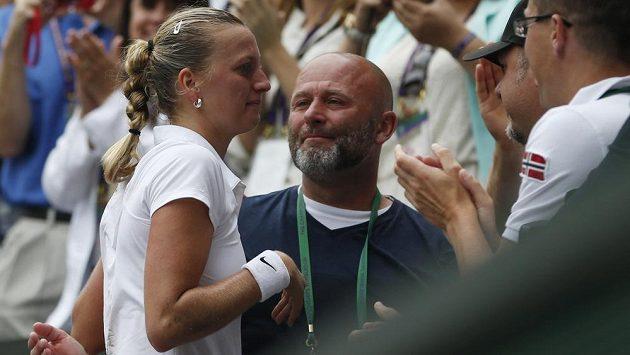 Dojatá Petra Kvitová po vítězném finále Wimbledonu se svým trenérem Davidem Kotyzou.