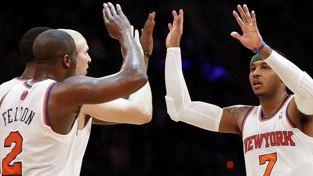 Basketbalisté New Yorku Knicks Carmelo Anthony (vpravo) a Raymond Felton (2) slaví výhru nad Washingtonem Wizards.