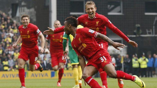 Liverpoolský Raheem Sterling (vpředu) slaví jeden ze svých gólů v Norwichi.