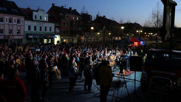 Fanoušci na náměstí Míru v Litvínově sledují na velkoplošné obrazovce finále proti Třinci.