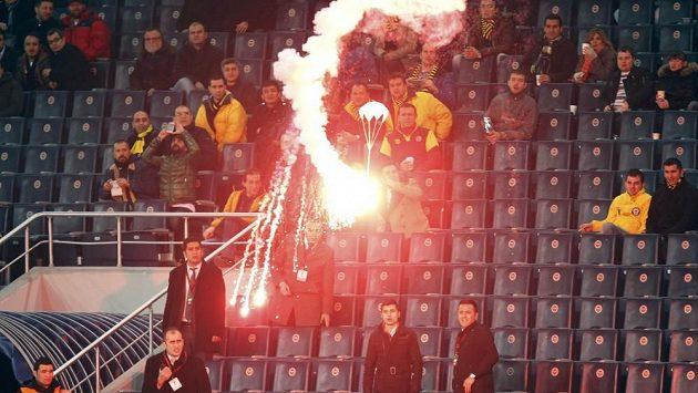 Fanoušci Fenerbahce během zápasu s BATE Borisov jako tradičně řádili.