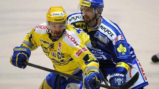 Zlínský kapitán Petr Čajánek (vlevo) je střežen Liborem Pivkem z Brna.