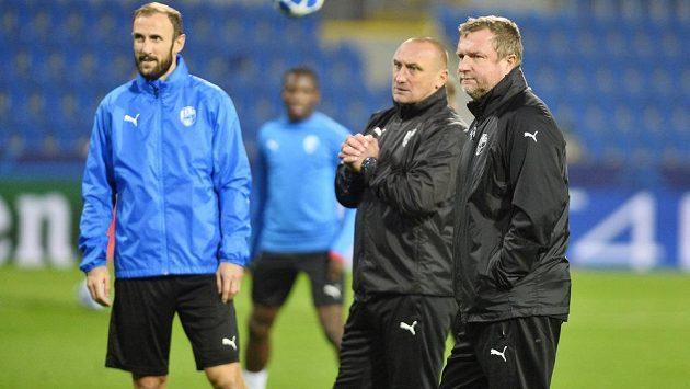 Zleva Roman Hubník, asistent trenéra Zdeněk Bečka a trenér Pavel Vrba.