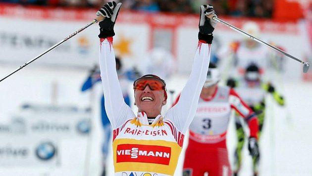 Polka Justyna Kowalczyková se raduje z vítězství ve sprintu SP v Davosu.