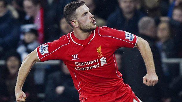 Liverpoolský Jordan Henderson slaví gól v utkání se Swansea.