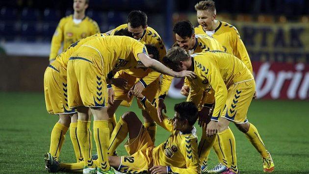Jihlavští hráči se radují z vyrovnávacího gólu záložníka Jana Klimenta proti Teplicím.