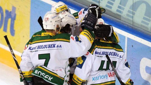 Hokejisté Karlových Varů se radují ze vstřelení gólu (ilustrační foto).