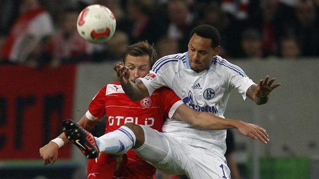 Jermaine Jones (vpravo) ze Schalke v souboji s Adam Bodzekem z Fortuny Düsseldorf