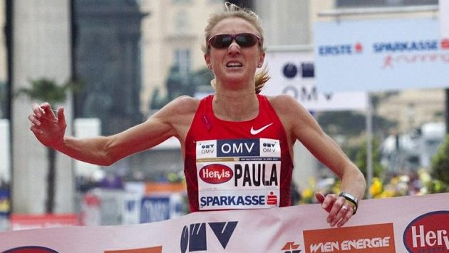 Paula Radcliffová probíhá vítězně cílem Vídeňského maratónu