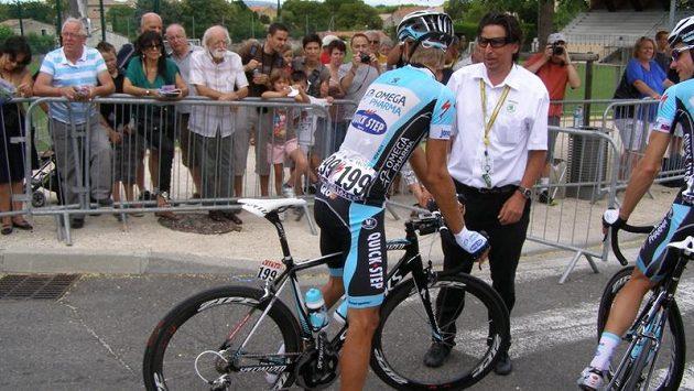 Tim Harris, bývalý cyklistický závodník, před startem jedné z etap Tour de France v rozhovoru s Peterem Velitsem.