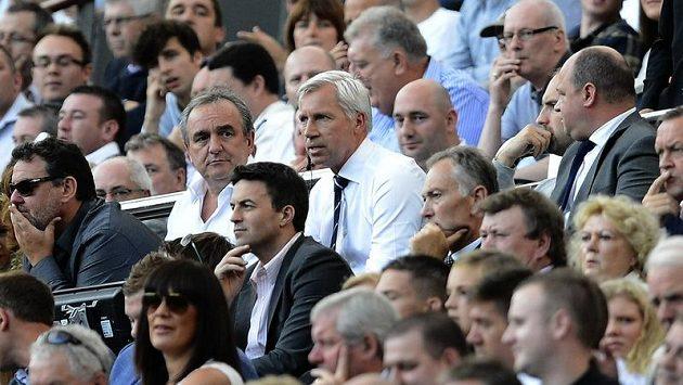 Kouč Newcastlu Alan Pardew (uprostřed) sleduje z tribuny utkání s Tottenhamem.