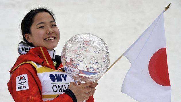 Japonská skokanka na lyžích Sara Takanašiová s křišťálovým glóbem pro vítězku Světového poháru.